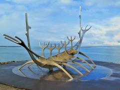 Skulptur an der Bucht.JPG
